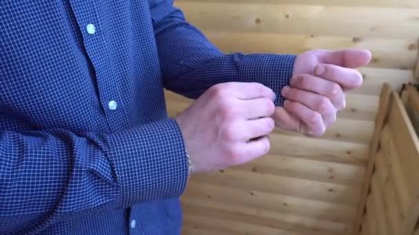 mladý muž knoflíky na rukávech modré tričko