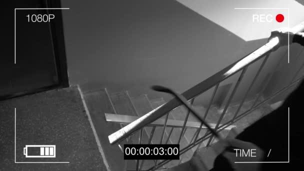 kamera Chycený lupič v masce s páčidlo