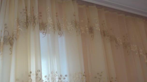 video gordijnen met kroonlijst en wit plafond stockvideo