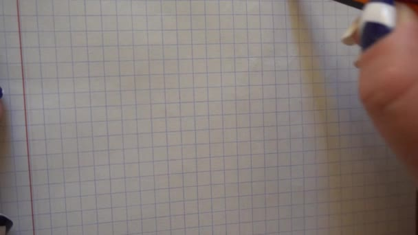 Dámská ruka kreslí Veselý obličej s tužkou v poznámkovém bloku