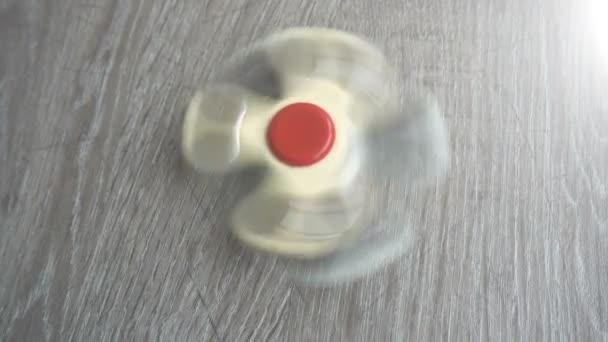 zwei weiße Handspinner auf grauem Hintergrund oder Fidget Spinner