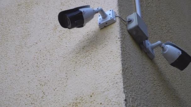 Dvě bezpečnostní kamery na cihla základní škola, díval se přes parkoviště