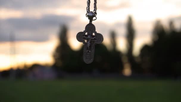 Keresztény keresztet a lánc, a háttérben a sunrise