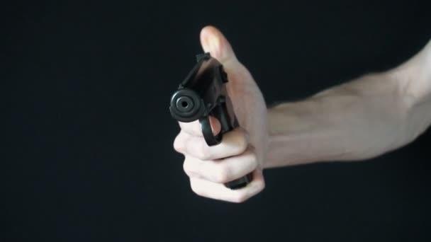 a fiatal ember irányítja a kamerát egy fekete fegyvert, és megpróbálja lelőni