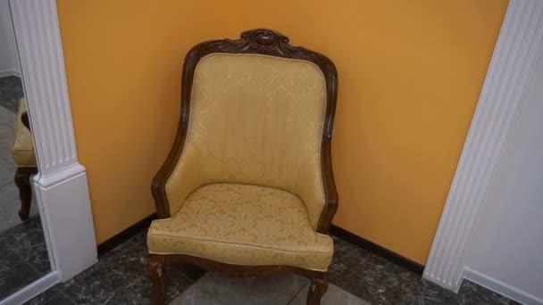 staré luxusní hnědé kožené křeslo stojící v restauraci