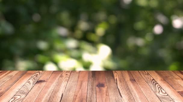 Fa terv és a bokeh világos háttér. termék sablont kijelző. A fából készült asztallap blur, mozgó háttér természetes zöld levél