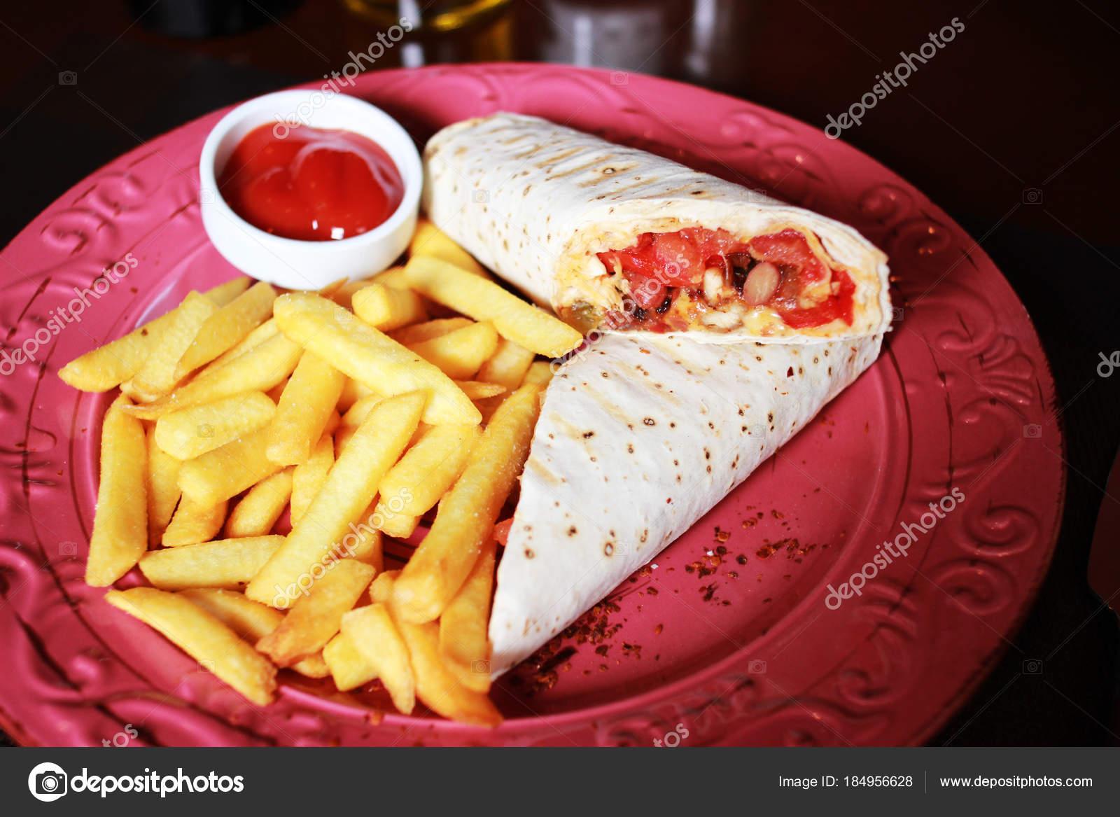 Burrito mit Pommes und Ketchup auf die rote Platte — Stockfoto ...