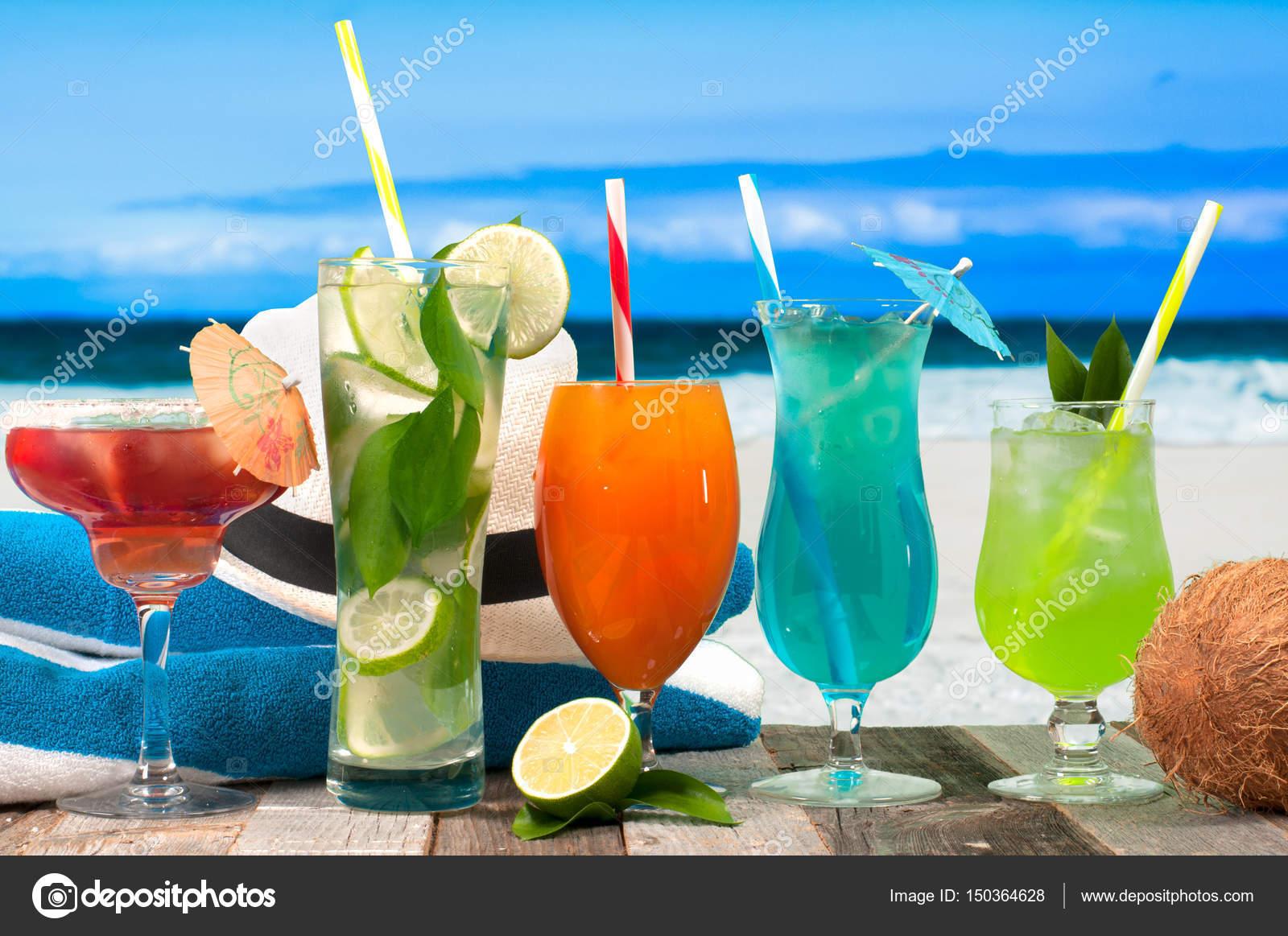 Sommer Cocktails Getränke mit Strand auf Zeitmessung — Stockfoto ...