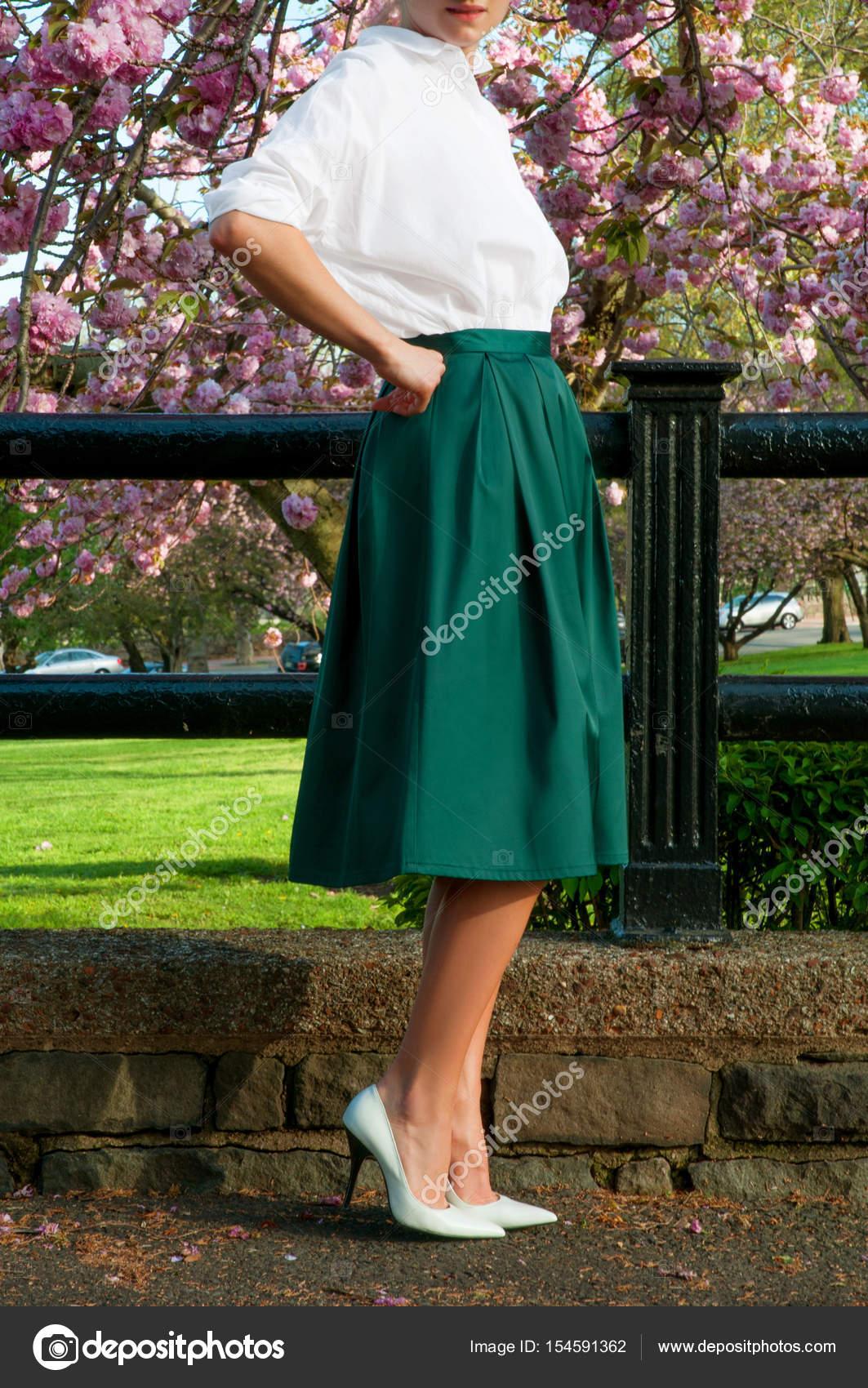 premium selection c9ab1 74ad2 Modischer Kleidung. Schöne Frau in langem Rock und weißer ...