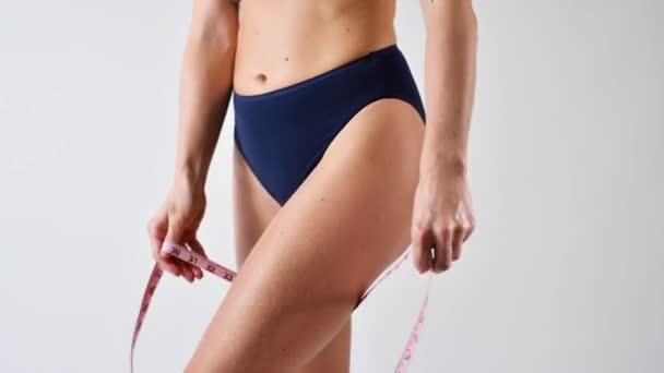 Péče o pleť a krém proti celulitidě. Žena s dokonalým tělem nanášení hydratační krém na nohu