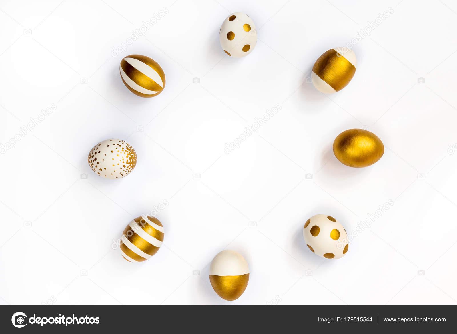 Vista superior de los huevos de Pascua de color con pintura dorada ...