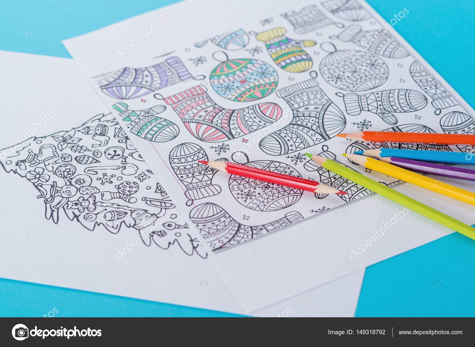Libro de colorear antiestrés para adultos y lápices de colores sobre ...