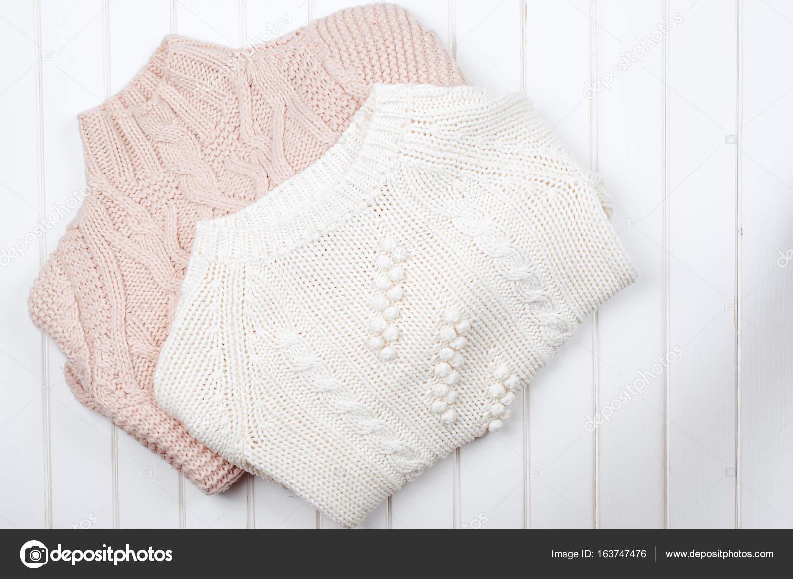 fb8ffd697b75 Δύο μοντέρνα πλεκτά πουλόβερ για το λευκό φόντο ξύλινη — Εικόνα από ...