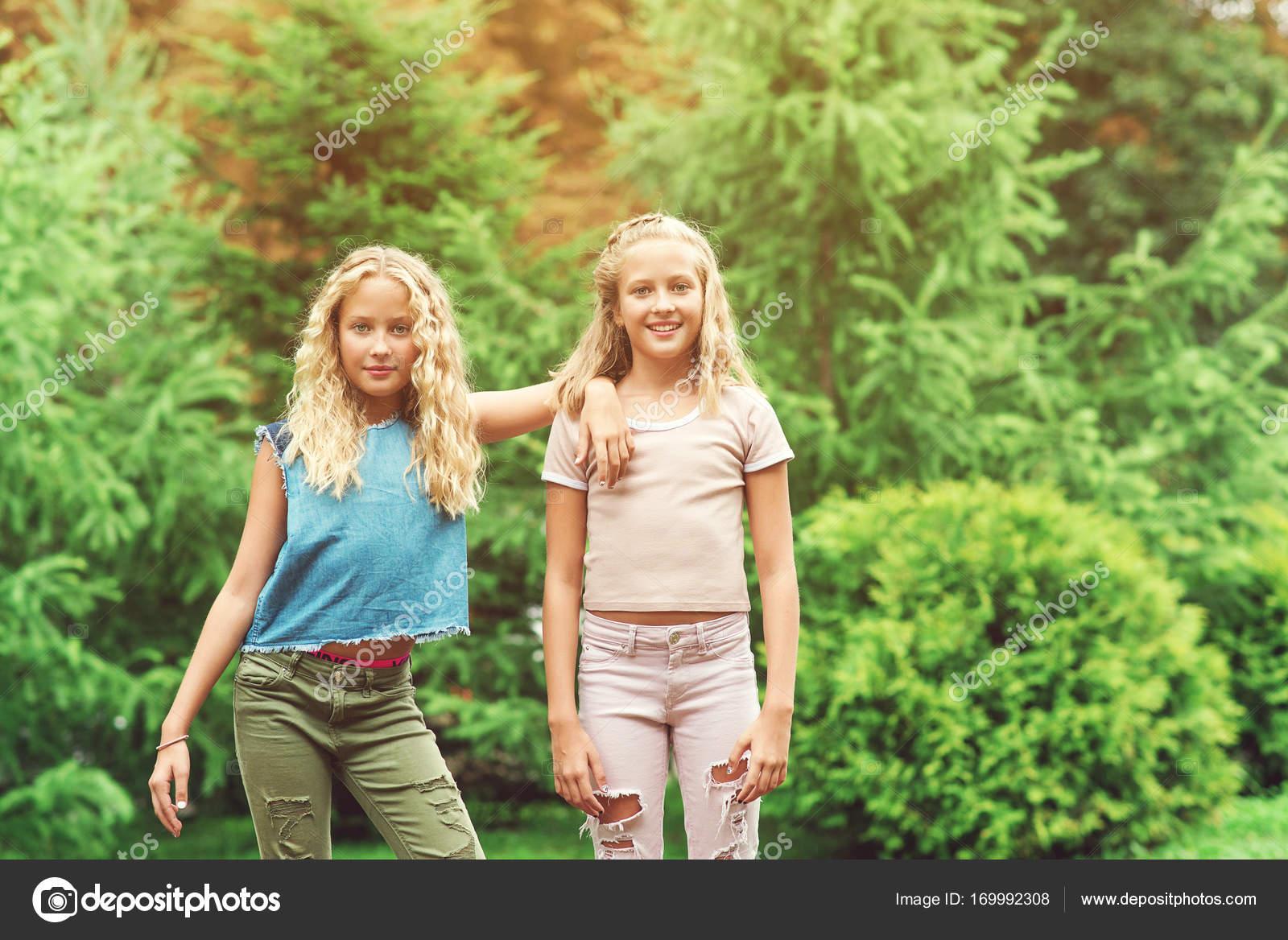Портрет красивых девочек-подростков-близнецов в парке