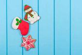 Karácsonyi színes mézeskalács cookie-kat a kék fa háttér. Téli ünnepek koncepció. Hely a szöveg.