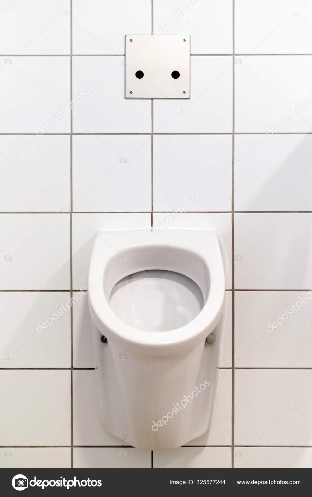 Cuenco de baño blanco en la pared, con azulejos. — Foto de ...