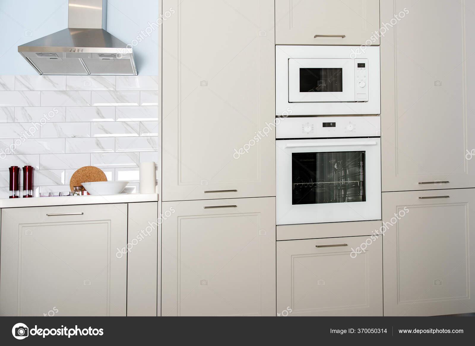 Modernes Kuchendesign Silberne Dunstabzugshaube Minimal Weisser Kucheninnenraum Echtes Foto Neue Stockfoto C Volurol 370050314