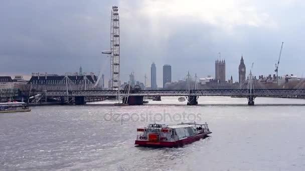 Riverbank London leží na zatažené odpoledne