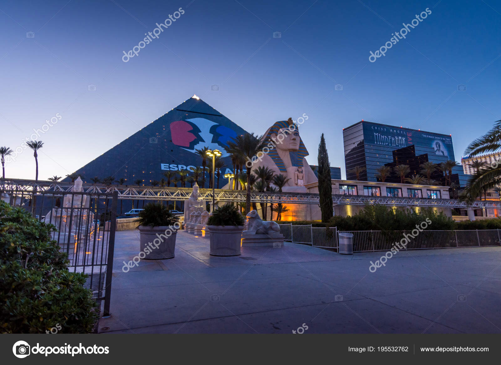 Las Vegas Us April 28 2018 The Famous Luxor Pyramid Hotel In