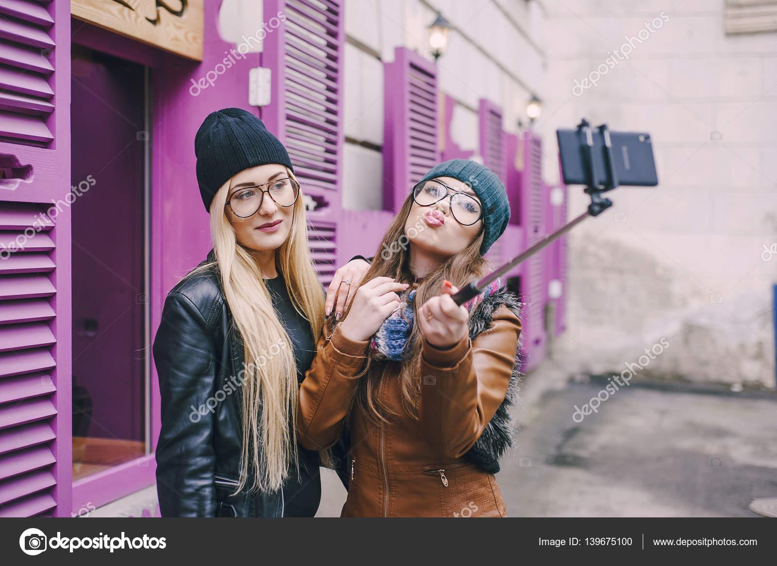 Красивые девушки фоткаются на телефон — pic 11