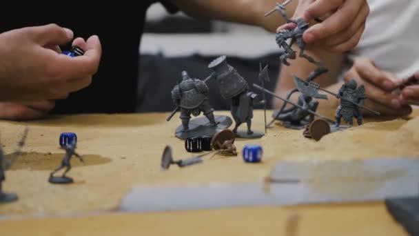 Detailní záběr mužských rukou pohybující deskové hry stvoření