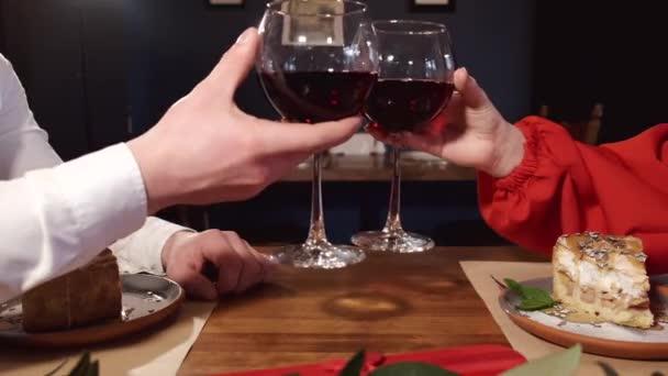 Oříznutý pohled na mužské a ženské ruce držící víno