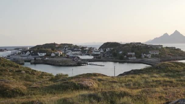 Kilátás a gyönyörű norvég falu a hagyományos házak a fjord