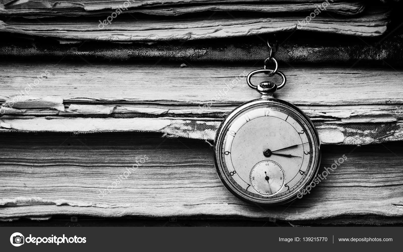 Reloj Que Se Decae En El Fondo De Libros Antiguos De