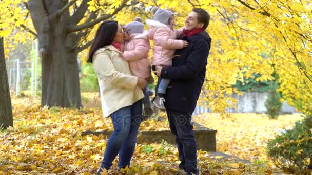 Šťastná rodina, procházky v parku na podzim. Rodiče a dva dau