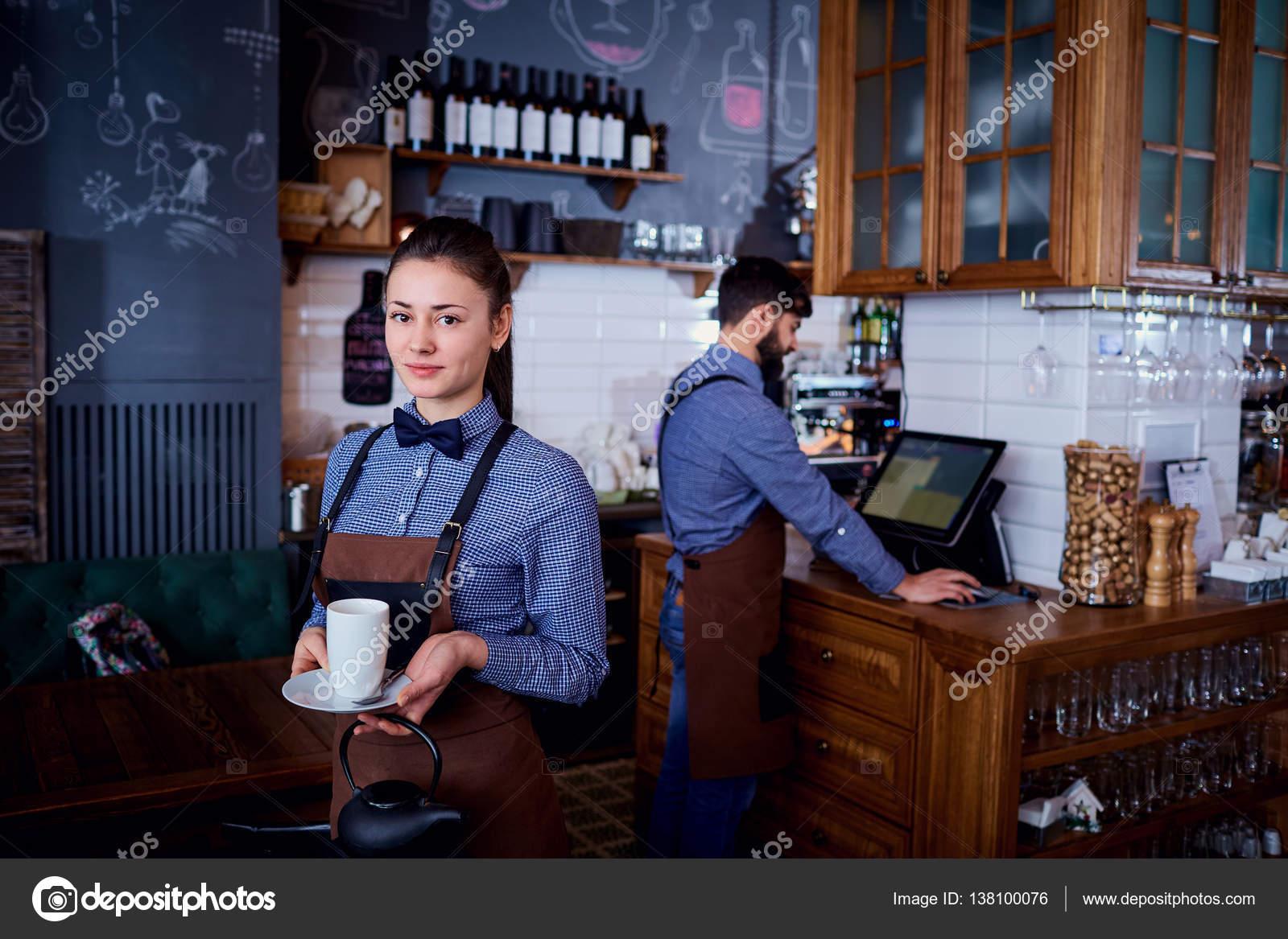 Официантки в трусиках в баре фото 668-112