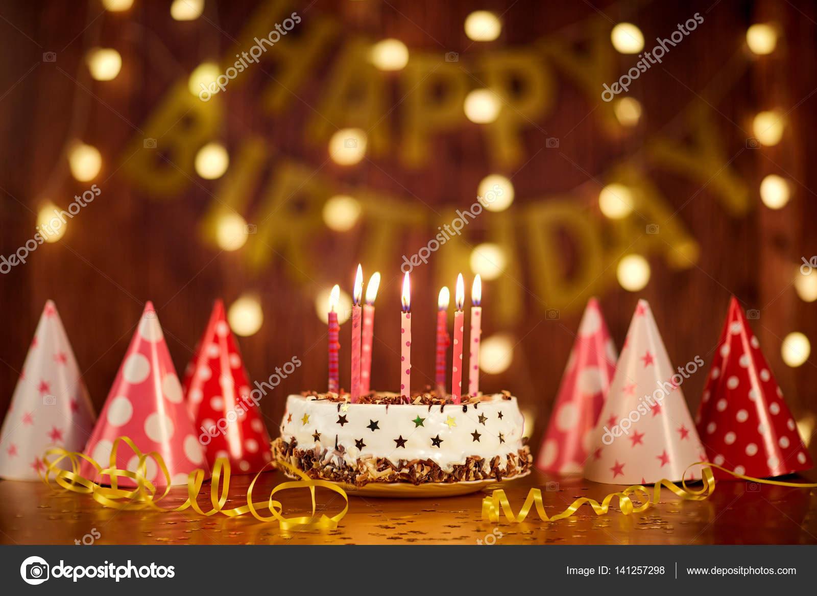 花輪のバック グラウンドをキャンドルで誕生日ケーキを ストック写真 169 Lacheev 141257298