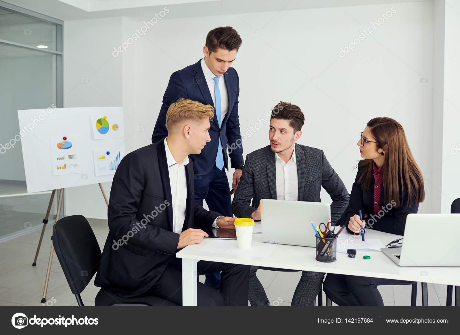 Businessteam Arbeiten Am Schreibtisch Eines Modernen Buros