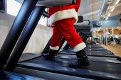 Weihnachtsmann in der Turnhalle macht Übungen