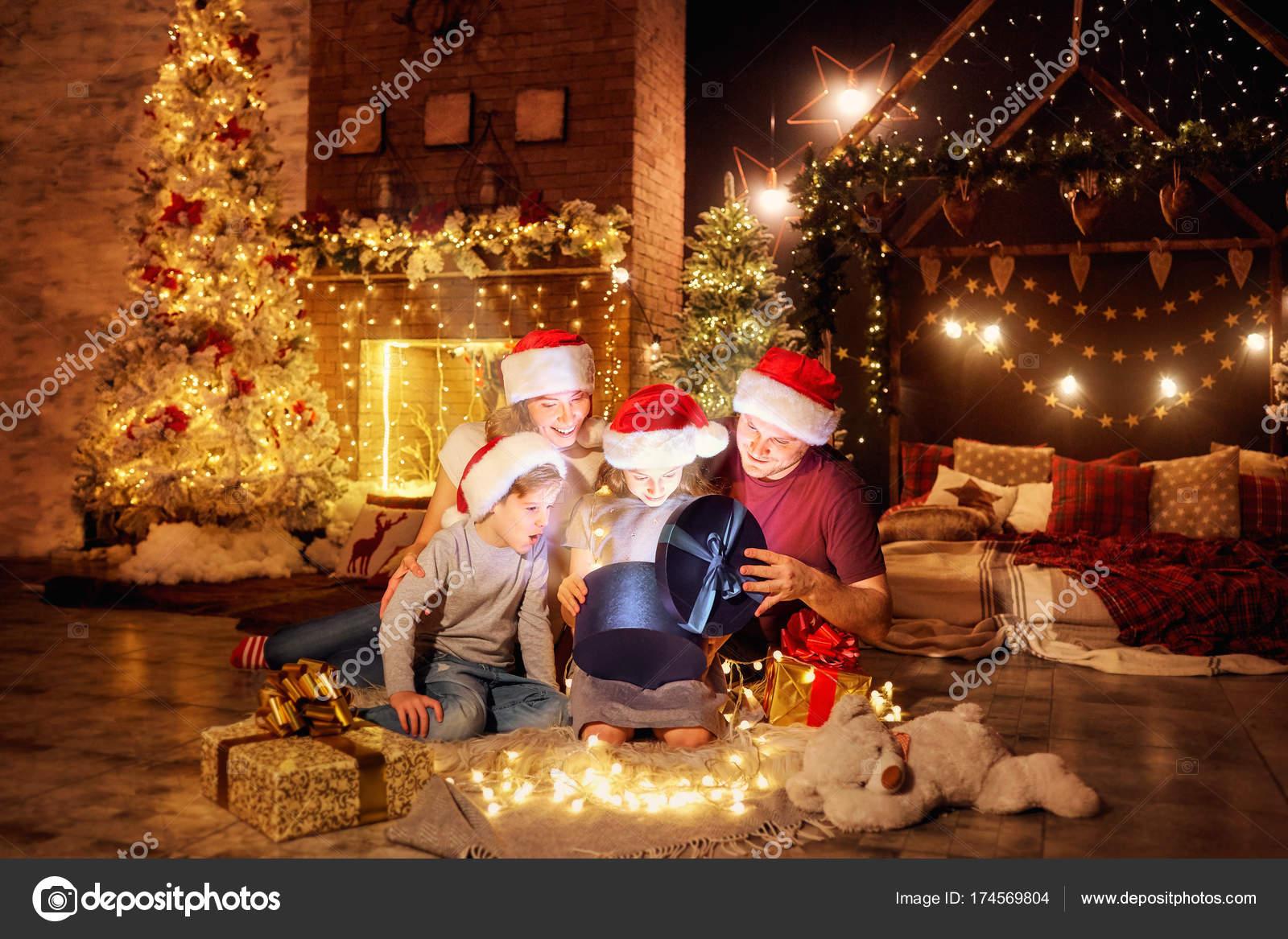 Giorno Di Natale.La Famiglia Da Presenta In Una Camera Il Giorno Di Natale