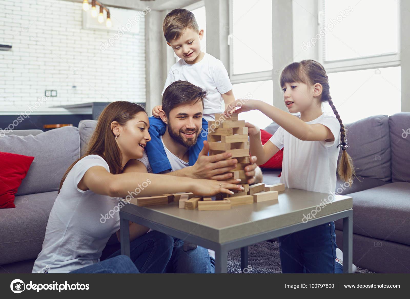 Juegos De Mesa En Casa De Familia Feliz Fotos De Stock C Lacheev