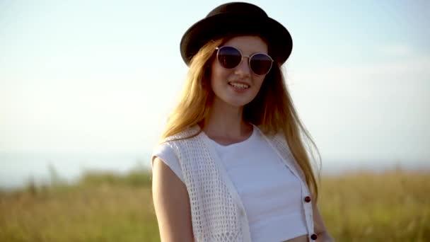 Mladá krásná žena model v čepici a brýle představují venkovní Zpomalený pohyb