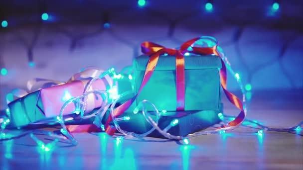 Chiuda in su dei regali di Natale e Capodanno con sfondo blu garland
