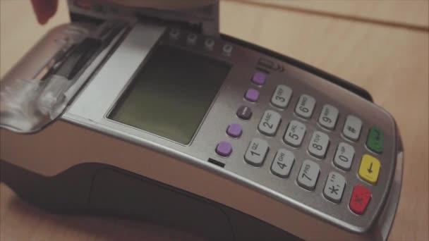 Womans kezét ellop bankkártyás fizetés a pos terminál, és nyomja a gombokat