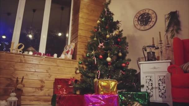 Karácsonyi fenyő fa ággyal berendezett és alatta bemutatja