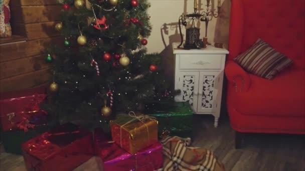 Pohled na vánoční zařízený pokoj s borovice a dárky pod ním