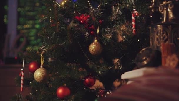 Detailní záběr záběr vánoční strom zdobí míčky