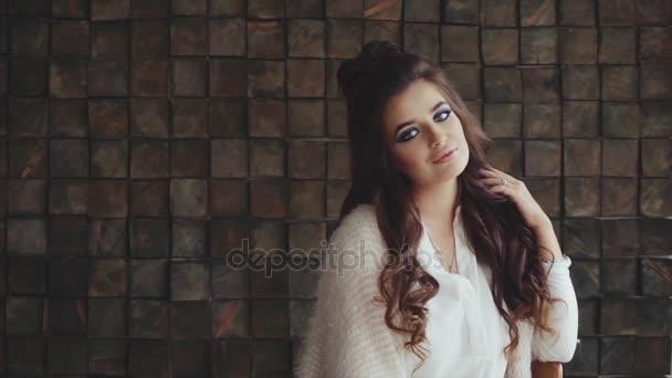 Portrét mladé ženy bruneta s kadeří a světlé kouřové oči make-up