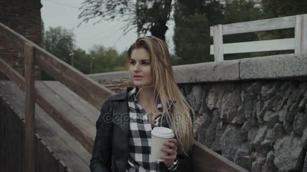 Pretty woman s šálkem kávy venkovní. Krásná dívka se těší její ranní.