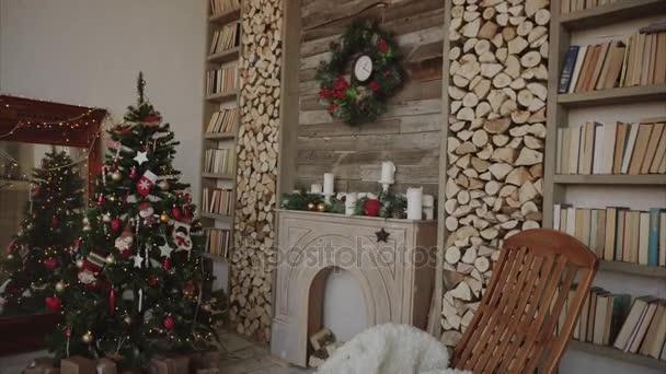 Dary a dárky pod vánoční stromeček ve vyzdobeném pokoji nový rok koncepce