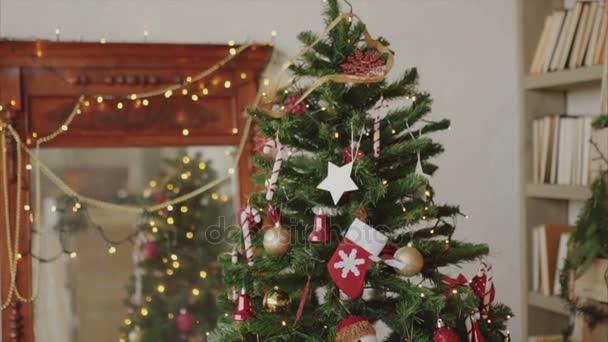 Detailní záběr záběr nazdobený vánoční stromeček