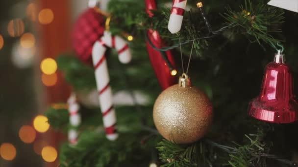 Detailní záběr záběr zlaté koule na vánoční stromeček bokeh pozadí, nový rok
