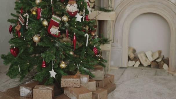 Zár megjelöl szemcsésedik-ból karácsonyi ajándékokat és ajándékokat újévi fa alatt
