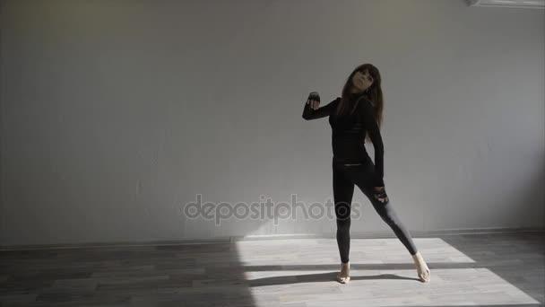 Zpomalený záběr krásné ženské tanečník cvičení ve studiu