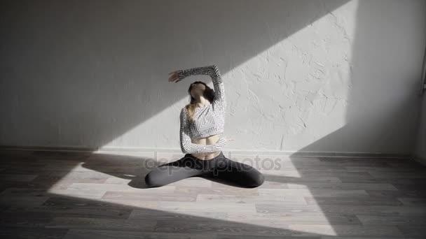 junge Tänzerin tanzt Wettstreit bewegt sich im Studio in Zeitlupe