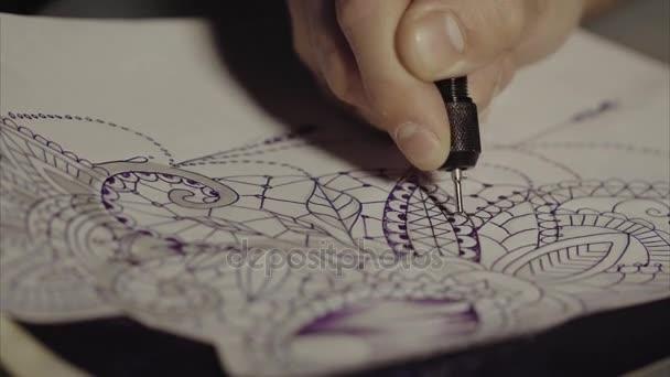 Tattoo master náčrt zblízka
